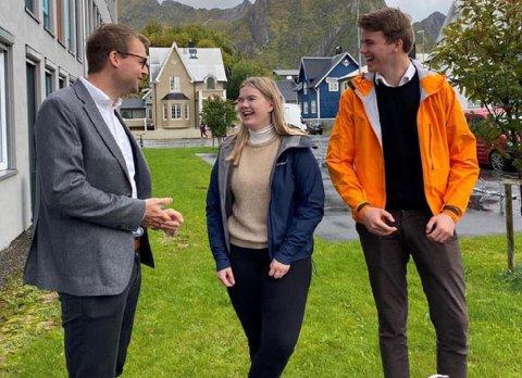 Marthe Øijord (17) fra Meløy og Max Gårdvik Hoffman (18) fra Nesna møtte barne- og familieminister Kjell Ingolf Ropstad (KrF) i Svolvær i forbindelse med jobben i ungdomspanelet.