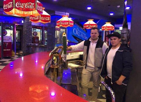 Thomas Torleifsen (23) og Jøran Pedersen Jensen (23) tok sats og startet drømmen sammen i september i fjor åpnet de dørene til Orlando Bar og Grill i Fauske. Foto: Michael Jensen Olafsen