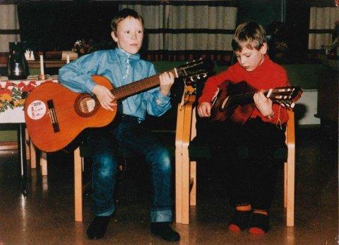Jørgen Sandvik til høyre sammen med gitarkamerat Eirik Jørstad. Jørgen Sandvik har spilt siden han fikk gitar som niåring.