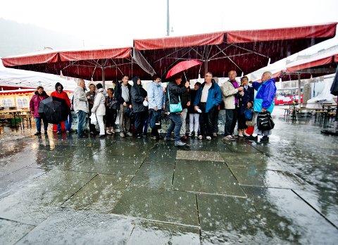 Sjeldan sol: – Arkitektar og entustiastiske bytutviklarar kan ikkje forstå at folk ønsker å handla i eit kjøpesenter istadenfor i sentrum. Tre meter med regn, ovanfrå, frå sida, nedanfrå, kuling og vrengte paraplyar er ein av fem grunnar, skriv spaltist Jørund Vandvik.foto:  emil w. breistein