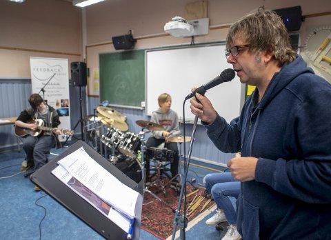ALT ER MUSIKK: For Calle Hamre er musikken altoppslukende. Nå arrangerer han og Feedback studios Rock'n roll High School for barn på Krohnengen                                  skole. Det er veldig mange som har startet hos oss som er blitt ordentlig flinke, sier Calle. Han trakterer selv gitar, trommer og piano – i tillegg til at han synger, helst uten briller.FOTO: EIRIK HAGESÆTER