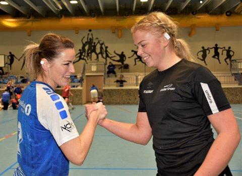 NAPPETAK: Mellom kapteinene på de to lagene. Her måler Janne Skredsvig (til v.) krefter med Vikersunds Synne Hereng Leversby - før kampstart.