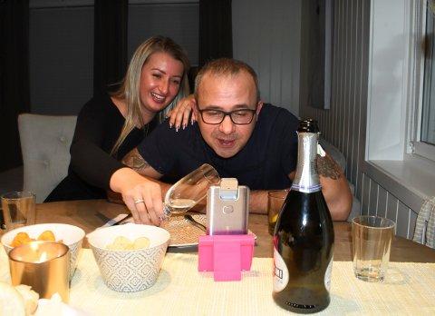 Gosia og Jarek Wojtan hadde barnefri og koste seg med digital fest på telefonen lørdag kveld. De var til sammen 14 personer med, og tidvis var det vanskelig å komme til orde.