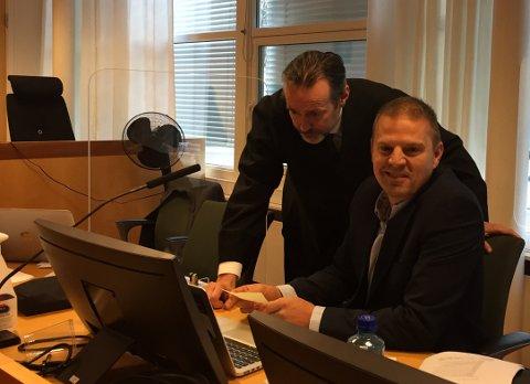Otto Robsahm, bedre kjent som TV-profilen Sinnasnekker'n sammen med sin advokat Hugo R. Hansen i Drammen tingrett.