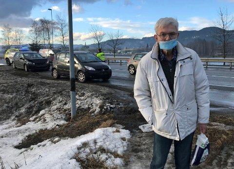 Torsdag ettermiddag var fire biler involvert i en trafikkulykke. Sigmund Simensen (73) fra Stenseth havnet midt i kollisjonen.