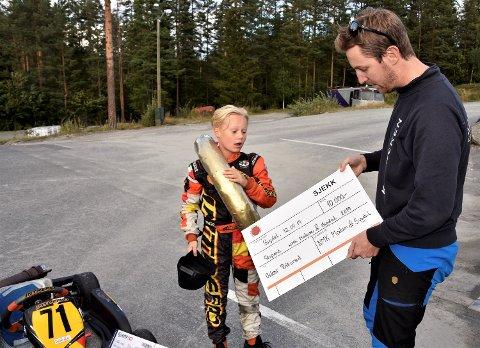 SJEKK ANSIKTSUTTRYKKET: Så overrasket ble en måpende Oskar Biksrud da han fikk vite av Glenn Fossen at han hadde fått et stipend på 10.000 kroner.