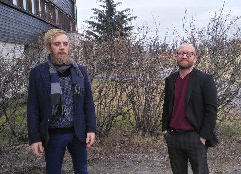 Kommunalsjef Olav Weng (f.v.) og kommunikasjonskonsulent Aksel I. Edgar-Lund i Enebakk kommune har fredag lagt ut oppdatert informasjon på kommunens plattformer om korona-epidemien.