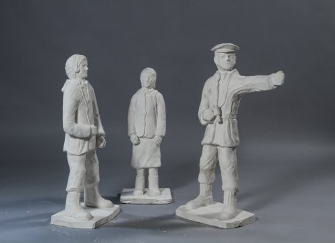 SKULPTURGRUPPE: Dette er dei første utkasta av krigshelt-skulpturane av Sigrun Solberg, Atle Svardal og Dagfinn Ulriksen. Dette er berre «kladden» til kunstnaren. Dei endelege utgåvene skal vere like høge som krigsheltane var i utgangspunktet, og skal støypast i bronse.