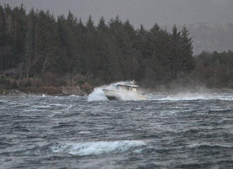 MEST TRULEG SLIK:Ein einsleg båt trassar naturkreftene i kuling og uver på Florøvika. Mykje tyder på at det blir ei slik påske for båtfolket på kysten i år.