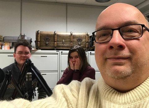 PODCAST: Benjamin Mellingen Thune og Beate Solheim Grønnevik i podcaststudio med Arne Hjorth Johansen. Tre superhelter på ein gong!