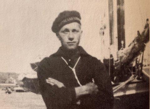 STAUT KAR: Skuleportrettet av Torvald Lægreid som skipselev på Statsraad Lehmkuhl i 1935. Det er eitt av få bilete som finst av han og er det same biletet som er støypt i bronse på minnestøtta etter han.
