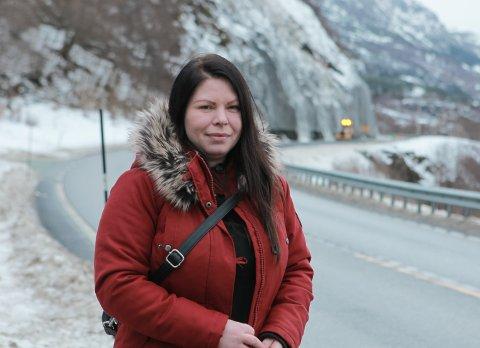 BLIR REDD: – Eg har alltid vore redd for ras, og denne episoden gjer det ikkje betre, seier Margrethe Kvellestad (35). Måndag sat ho i bussen som vart stoppa av raset ved Grov.