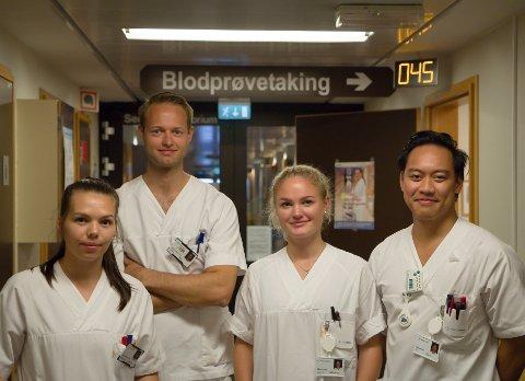 TRIVAST PÅ SJUKEHUSET: Frå venstre - Anne Marte Sørbotten, Edvard Aske, Birgitte Skallestad og Jay Forus. Dei trivast som sommarvikarar på sjukehuset i Førde.