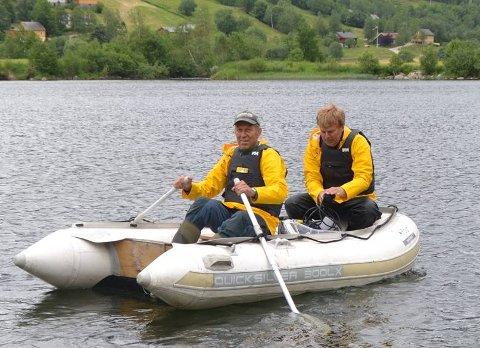 UNDERSØKER: Helge Kiland (t.v.) og Trond Stabell frå Faun Naturfovaltning AS er i gang med å undersøke 20 vatn i Sogn og Fjordane.