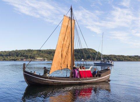 BAKKEJEKTA: Pilgrimsfølgjet segla inn til Askvoll måndag 31. august.