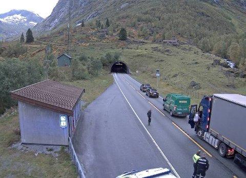 RØYKUTVIKLING: Røykutvikling frå eit vogntog stengde Frudalstunnelen tysdag. Politiet vart sendt til staden.