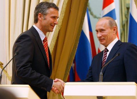 Natos generalsekretær, Jens Stoltenberg, bidrar med en noe skjult agenda overfor «trusselen» ved å be Natos medlemmer kjøpe mer «forsvarsmateriell», skriver Tom K. Brattberg. Bildet viser møte mellom Stoltenberg og Putin den gang Stoltenberg var norsk statsminister.