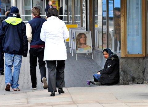 Kvinne av romfolket tigger på gata i Fredrikstad. –  Å forby mennesker å be om hjelp på gata rammer mange flere enn de kriminelle, mener MDG-politikeren.