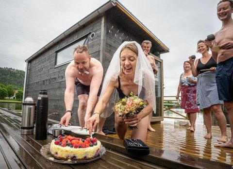 Det ferske brudeparet Niels Fredrik Skarre (46) og Signe Myklebust (42) kuttet kaka på brygga utenfor badstua.