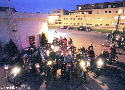 """Ungdommer i mopedklubben """"Shells angels"""" har møtested utenfor Shell select-stasjonen på Kråkerøy.  Fotograf: Fredrik Solstad TattDato: 20000915"""