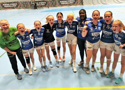 GRESSVIKINGER: Gressvik J13 var et av lagene som var i aksjon i Fredrikstad cup «light» på lørdag. Her slipper neste generasjon superstjerner jubelen løs etter å ha dratt i land en sliter-seier.