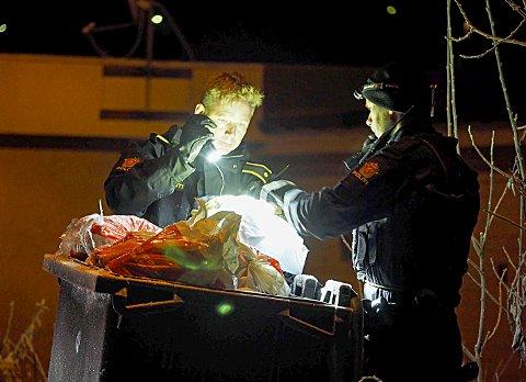 SPOR-JAKT: Politiet har tilsynelatende god kontroll når det gjelder hendelsen på Skjombrua ettermiddagen 1. november der en person ble stukket til døde med kniv. Samtidig jaktes det for å finne den eller de som satte fyr på siktedes leilighet noen dager senere. Foto: Lone Martinsen