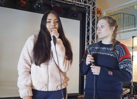 TAR ET TAK: Mia Solvang (t.v.) og Wiktoria Szmigiel blir konferansierer og musikere på OD-dagen. Foto: Odd-Georg H. Benjaminsen.