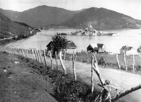 Nesten glemt: Bogen i Evenes var en av tyskernes viktigste baser, men det er nesten glemt. Her ligger «Tirpitz» i Dragvik. Året er 1943.