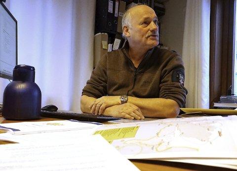 EKSPERT: I mange år har Stig Nerdal  jobbet med å utrede transportløsninger. Mandag gikk startskuddet for å utrede en ny jernbane mellom Fauske og Tromsø,  Nerdal oppfatter bestillingen fra Samferdselsdepartementet til jernbanerirektoratet som resultatet av politisk press. Og han regner med at resultatet blir som i 1993; at prosjektet frarådes. Til gjengjeld kan det få Ofotbanens betydning som transportåre mellom nord og sør, mer frem i lyset. Foto: Fritz Hansen