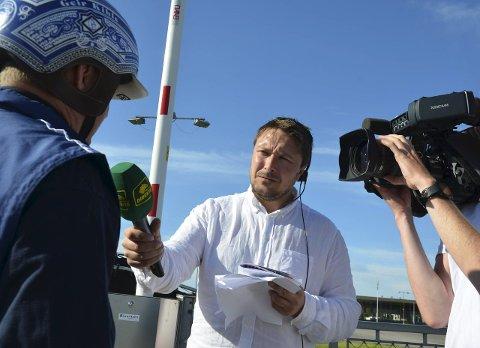 Reporter og hesteeier: Stian Hallenstvedt har blitt travkjendis som intervjuer og programleder for Norsk Rikstoto.