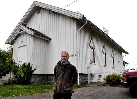 HUSOKKUPANT: Truls Arne trives i Menighetshuset, men han ønsker å bo der på lovlig vis - uten en støyskjerm mot veien.