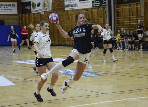 KONTRET I SENK: Den første halvtimen resulterte i en rekke kontringsmål for Falk og Camilla Myklebust etter strålende forsvarsspill.