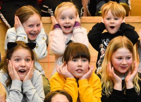 LIVLIG: Elevene ved Åsgården skole storkoste seg da skolekorpset og Marinemusikken spilte i skolens aula. Noen av tuba- og trompet-lydene kom imidlertid litt brått på enkelte ...