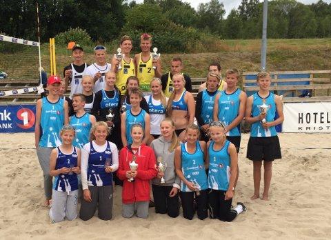 Alle medaljevinnerne i NM U19 og U15. Emil Øfstaas og Ivar Loland Råheim står i midten bak med gule drakter. Helt framme til venstre (i blå drakter) står Pia Øfstaas (nummer to fra venstre) sammen med Birgitte Maaseide (foto: Privat).