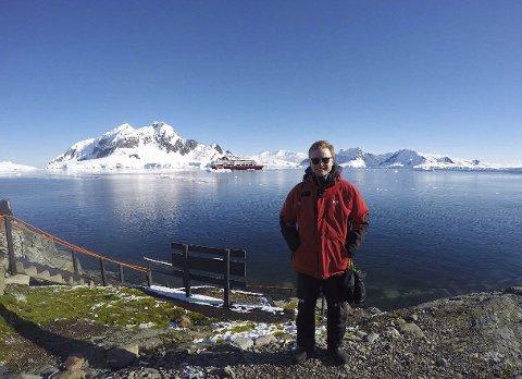 I land: Petter Lund i land, klar for ekspedisjon med turister på Antarktis. Som trainee fikk Petter Lund et eventyrlig opphold cruiseskip til Antarktis. Bilder: Privat