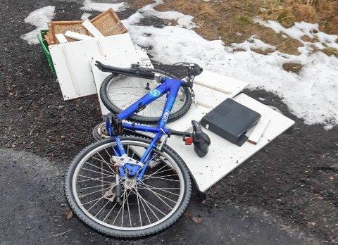 FORSØPLING: En sykkel troner på lasset med avfall som ingen tok seg bryet med å frakte til gjenvinning.