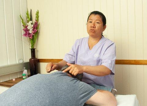 – ØDELEGGER: Thaimassasje er en god teknikk for å hjelpe folk. Det er veldig synd at noen ødelegger ryktet, sier Pariyathida Budkan som driver Sabai thai massasje på Lena.