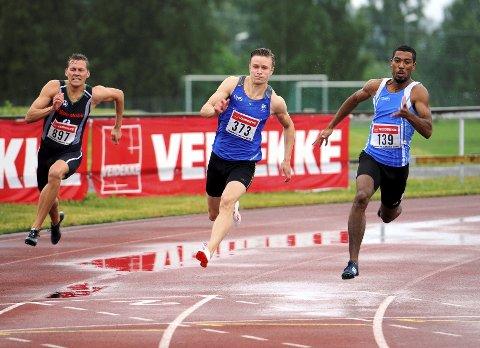 I STØTET: Håkon Morken (i midten) har allerede rukket å sette 15 personlige rekorder i 2016. Han har ikke tenkt å stoppe med det. Jonathan Quarcoo fra Orion (t.h.) vant både 100-meter og 200-meter i Veidekkelekene. ?Alle foto: Hans Bjørner Doseth