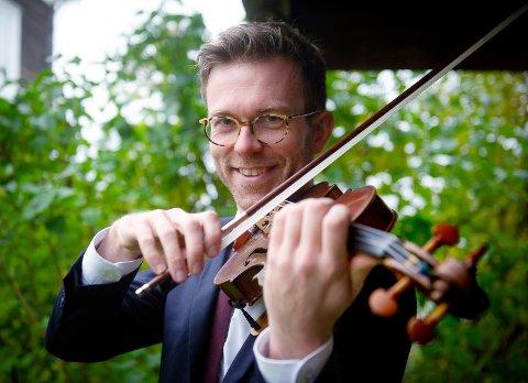 Marius Røe Nåvik fra Lillehammer er profesjonell fiolinist. 13. oktober er han solist i den store minnekonserten for moren, Kari Røe Nåvik, som lærte ham å spille.