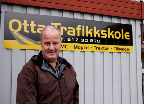 Ole Bjørn Dalum medgir at det har vært grei næringsvirksomhet å drive kjøreskole, men også mye arbeid. Etter mange år i bransjen kjennes det greit å trappe litt ned og samtidig kunne realisere noen av verdiene han har vært med på å bygge opp.