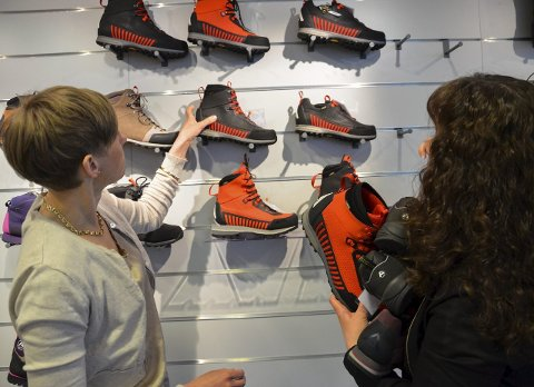 – Kjempegøy: Produktdesigner Bjørnhild Steingrimsen (f.v.) og salgssjef Mette Anita Rud synes det er stas med anerkjennelse for den nye skoserien. I tillegg til at serien har fått «Merket for god design 2015» kan de to fortelle at skoene er blitt godt mottatt hos forhandlerne.