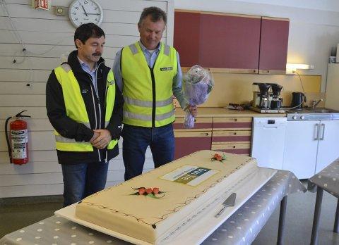 KAKEFEST: Etter omvisningen inviterte Gran Tre-sjef Finn Hoel (t.h.) gjestene på kake. En av dem som var med på feiringen var Lars Olav Jensen, allmenningsbestyrer.