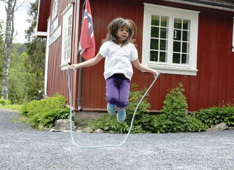 Hoppende gøy: Emmelin Silius (7) prøvde hoppetauet hun hadde laget sammen med Lunner husflidslag under sesongåpningen på Hadeland Bergverksmuseum.