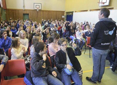 Full sal: Det var helt fullt i gymsalen på Gran ungdomsskole da elever fra Jaren, Trintom, Sanne og Grymyr hørte på Ole R. Vestøyl fra Bruk Hue.