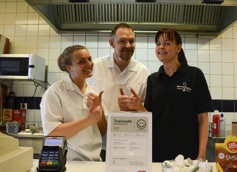 Fornøyde: Regine Westhagen, Magnar Kolstad og Anne-Lise Ulverud ved Sportscafeen er fornøyde med smilefjes fra Mattilsynet.