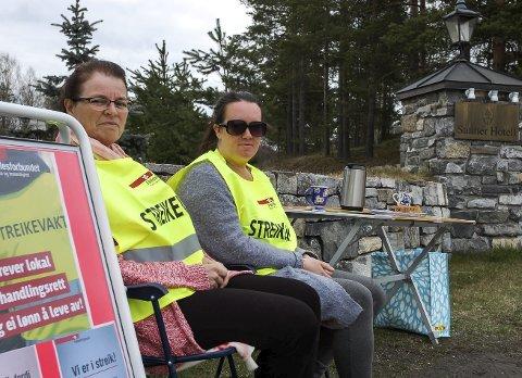 Streikevakt: Astrid Reinsborg (til venstre) og tillitsvalgt Tina Alexandra Storløkken var på plass utenfor Sanner Hotell klokken 08.00 lørdag.