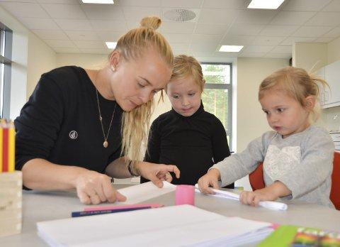 TEGNER OG BRETTER: Mari Aune sammen med Desiré og Elise tester ut de nye fargeblyantene i barnehagen.