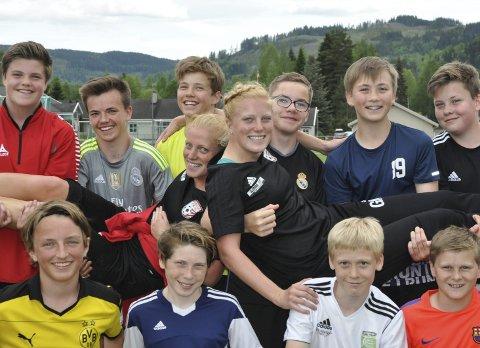 Midtpunkt: 14-åringene til Lunner FK er svært fornøyd med sine to nye trenere, Stina og Guro Næss Berge.