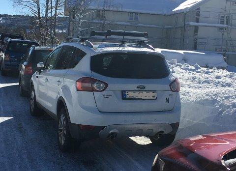 FEILPARKERT: Søndag sto det 16 feilparkerte biler langs fylkesveg 16 på Stryken.