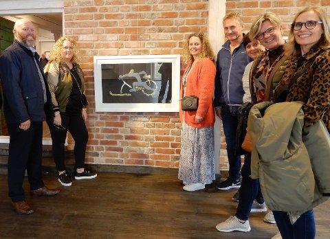 KUNSTNERMØTE: Tore Willadsen (fjerde fra høyre) fikk en prat med kunstneren. Granasokningene Marianne Willadsen Stokke (helt til høyre) og Hanne Willadsen Larsen (tredje fra høyre) med søskenbarn fra Lillestrøm.
